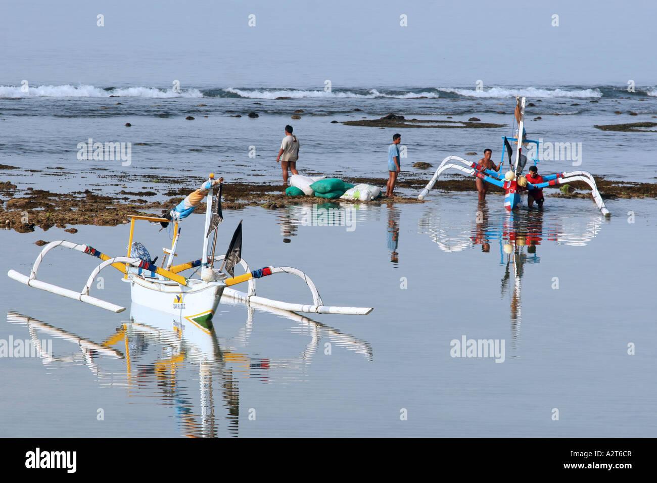 Los pescadores regresaban de pesca balinesa Foto de stock