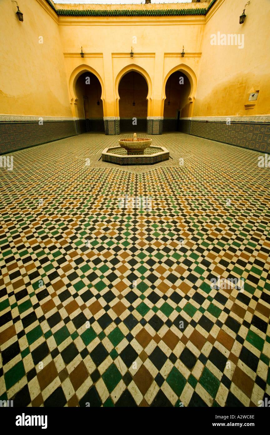 Antigüedades entradas arqueadas e intrincado trabajo de mosaico del mausoleo de Moulay Ismail, la ciudad de Meknes Marruecos Foto de stock