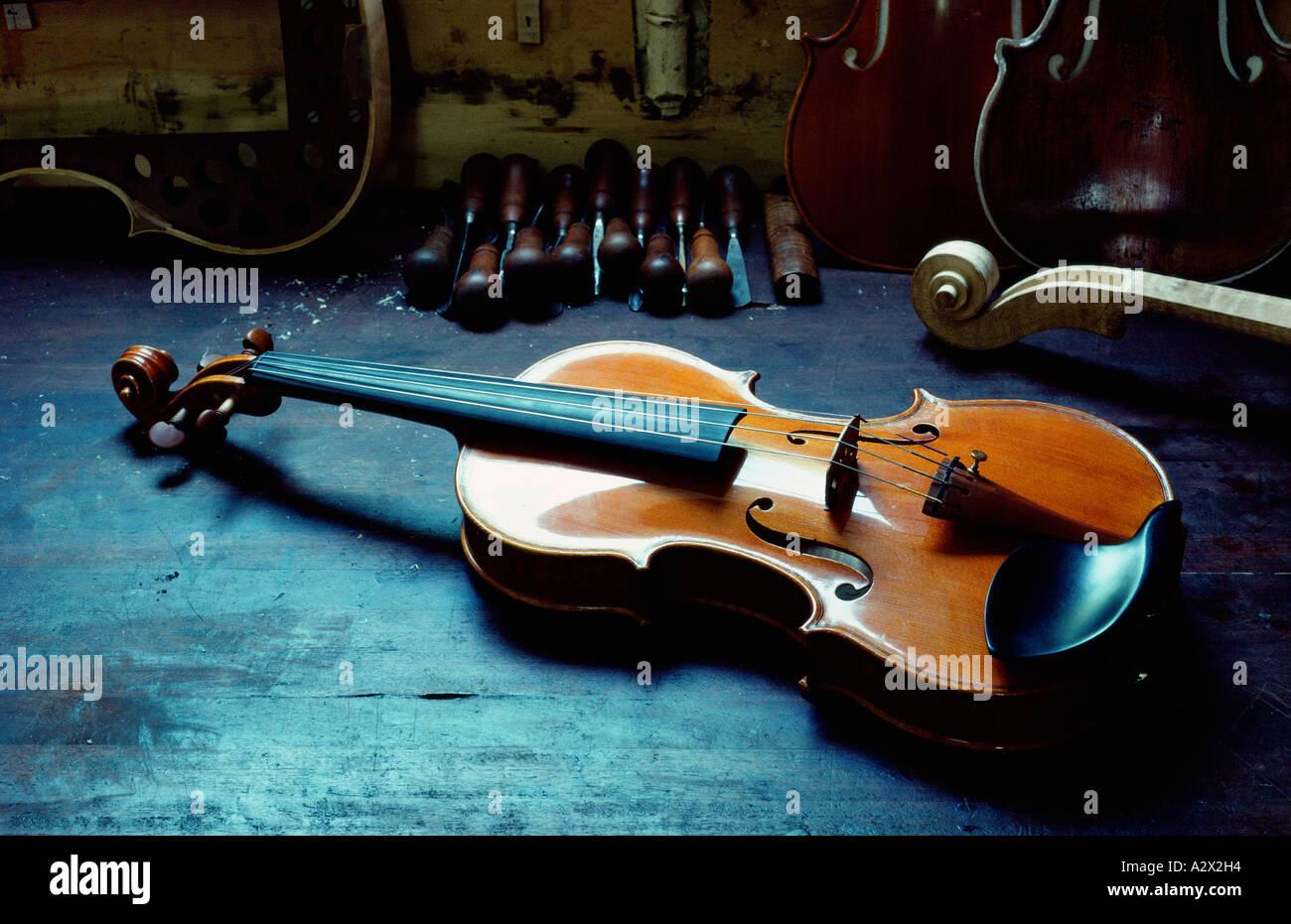 Todavía la vida de nuevo el violín de madera hecha a mano. Imagen De Stock