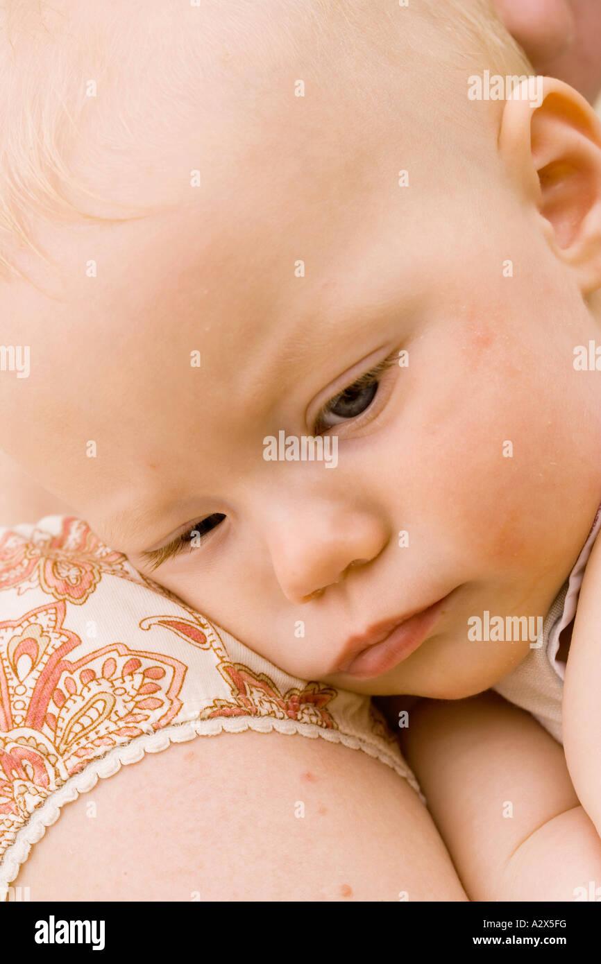 Bebé necesita una siesta. Tiempo para el descanso del bebé. Tiempo para descansar. Imagen De Stock