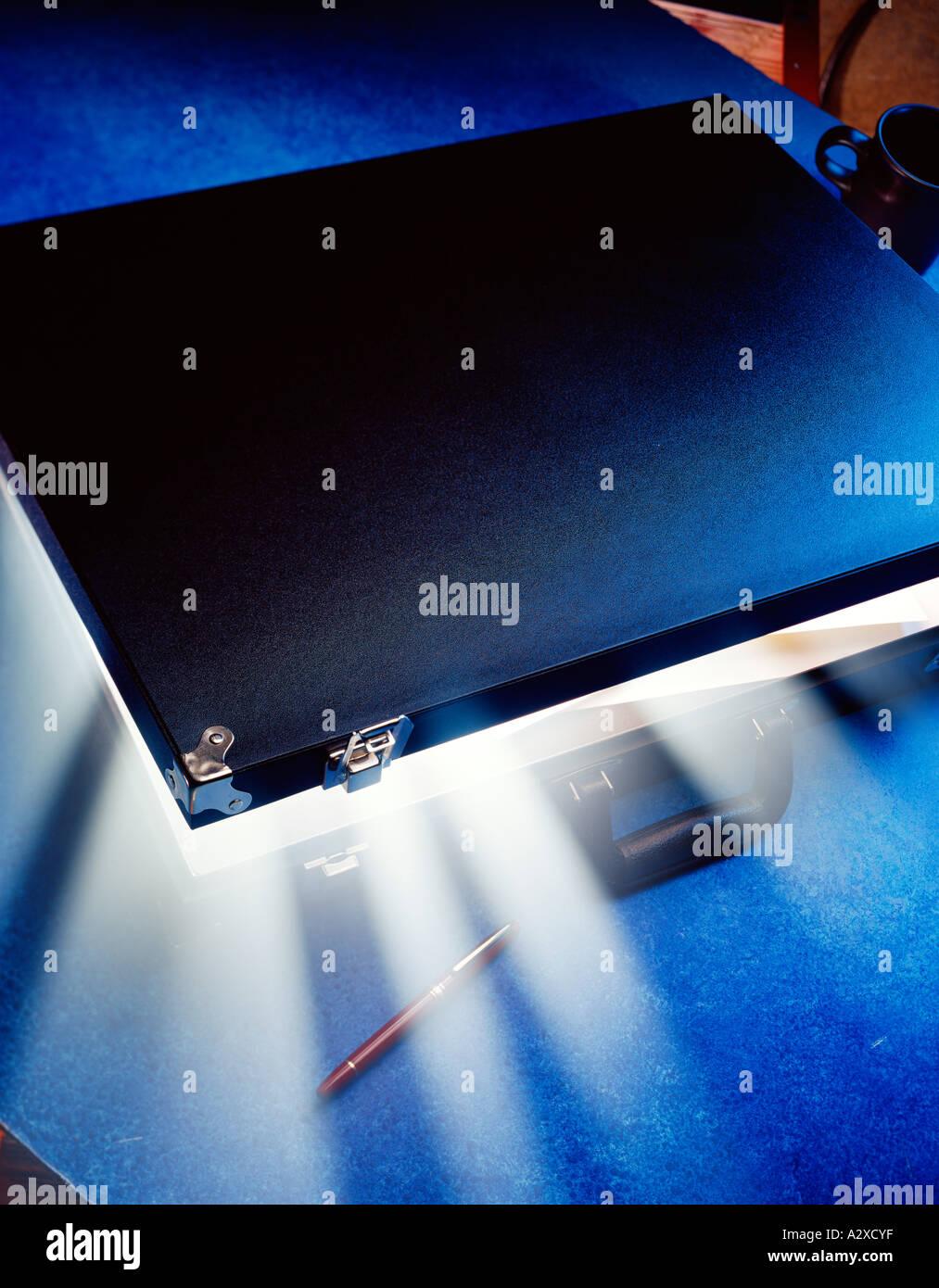 Concepto. Maletín de emisión de luz. Imagen De Stock