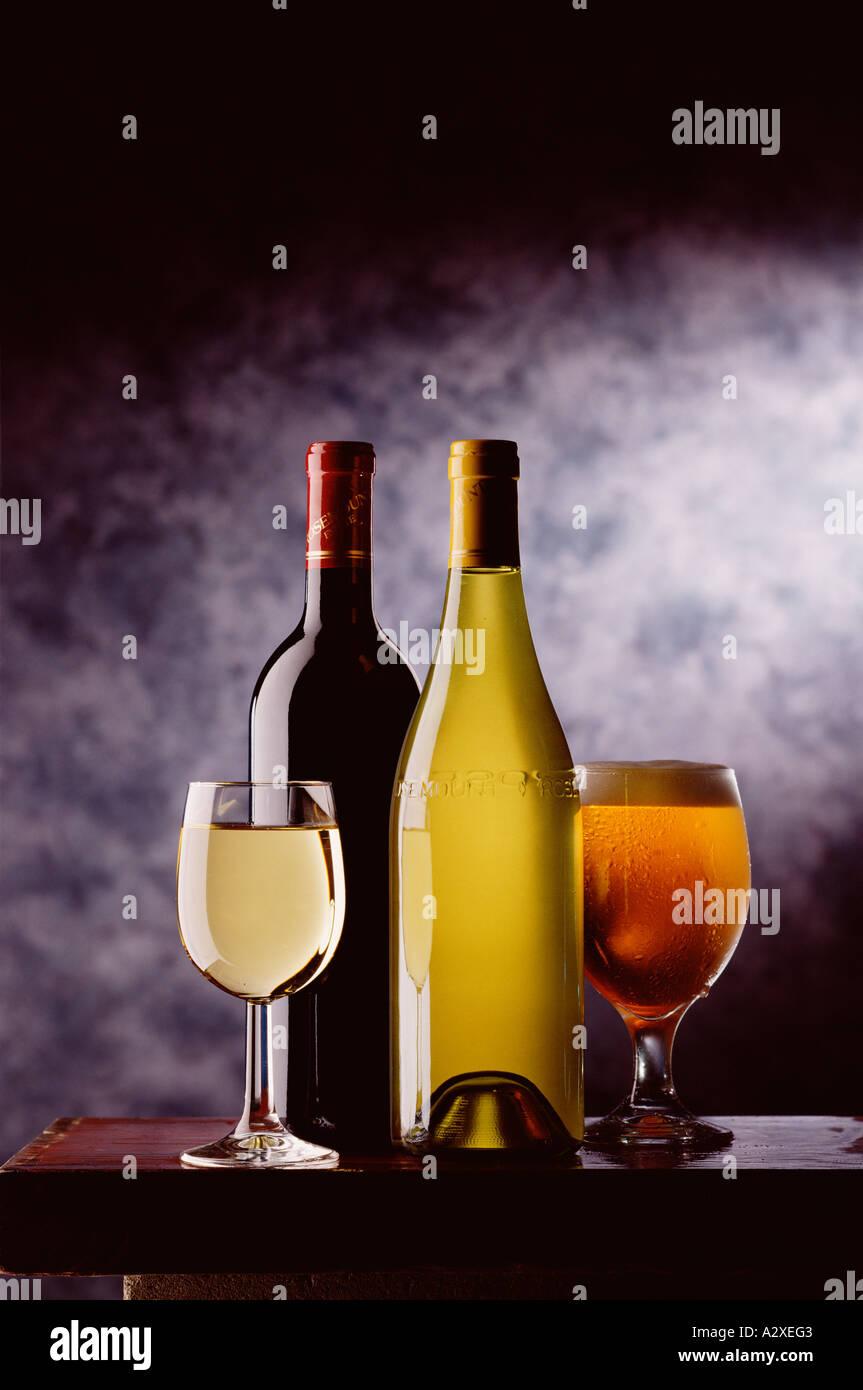 Todavía la vida. Las botellas de vino y vasos de vino y cerveza. Imagen De Stock