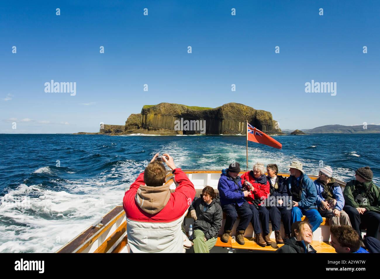 Isla de Staffa tomada del placer turístico viaje en barco a la isla en el verano de sol sol con cielo azul Imagen De Stock