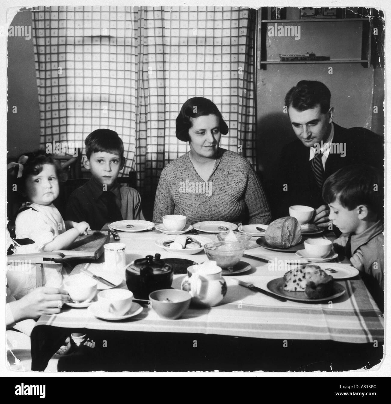 El té de la tarde de la familia 30s Imagen De Stock