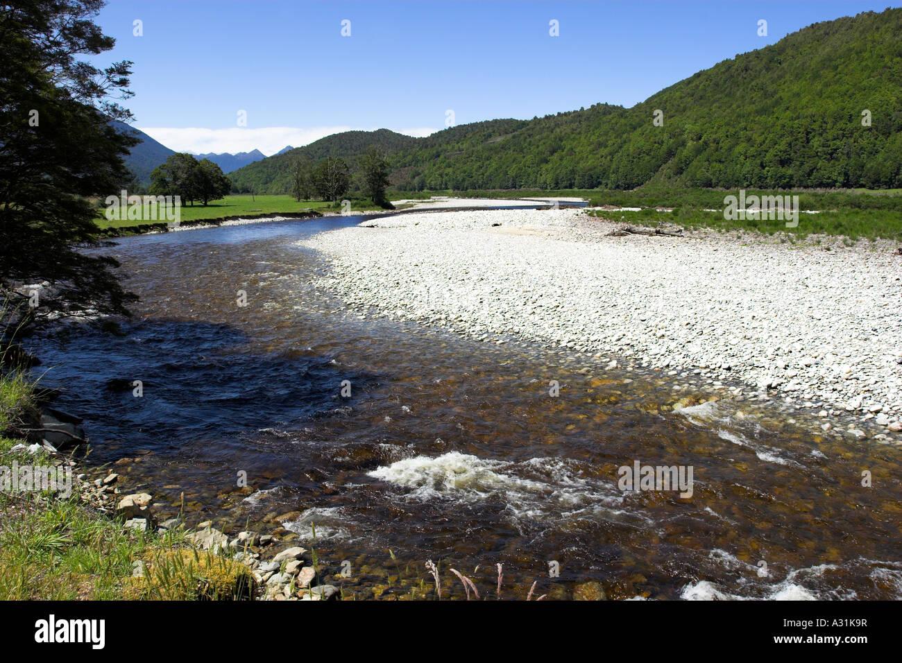 La parte superficial del río cerca de Reefton Inangahua en la Isla del Sur, Nueva Zelanda Foto de stock