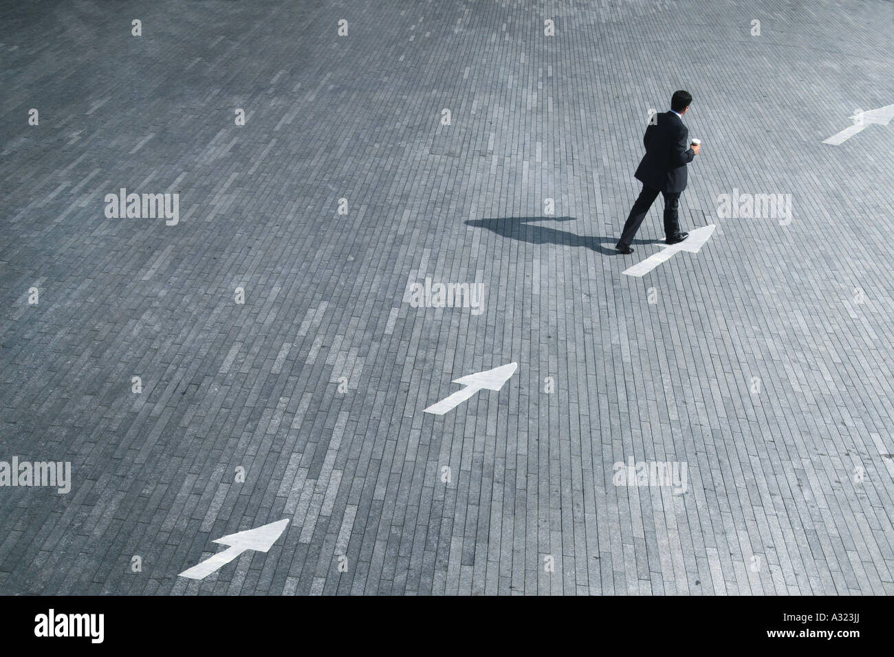 Concepto de negocio de un hombre siguiendo el sentido de las flechas Imagen De Stock