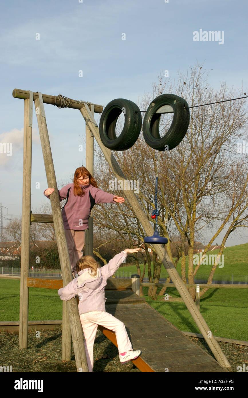 Las hermanas en un marco de escalada Foto & Imagen De Stock ...