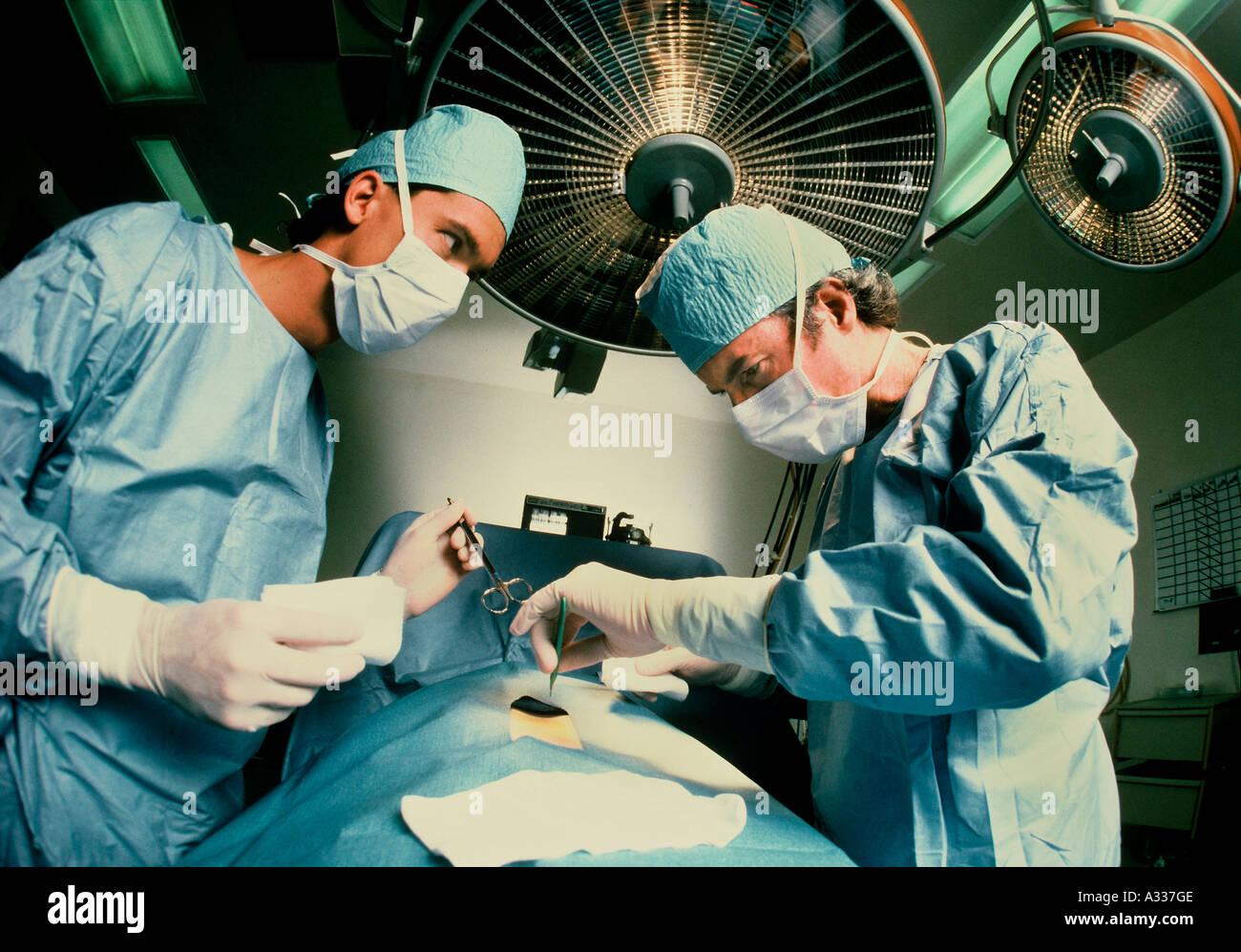 Los cirujanos la operación señor 4B3 Imagen De Stock