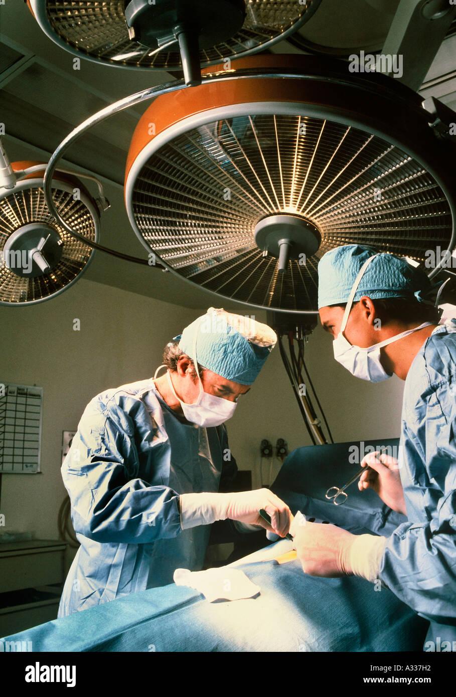 El cirujano en el quirófano A75 Foto de stock