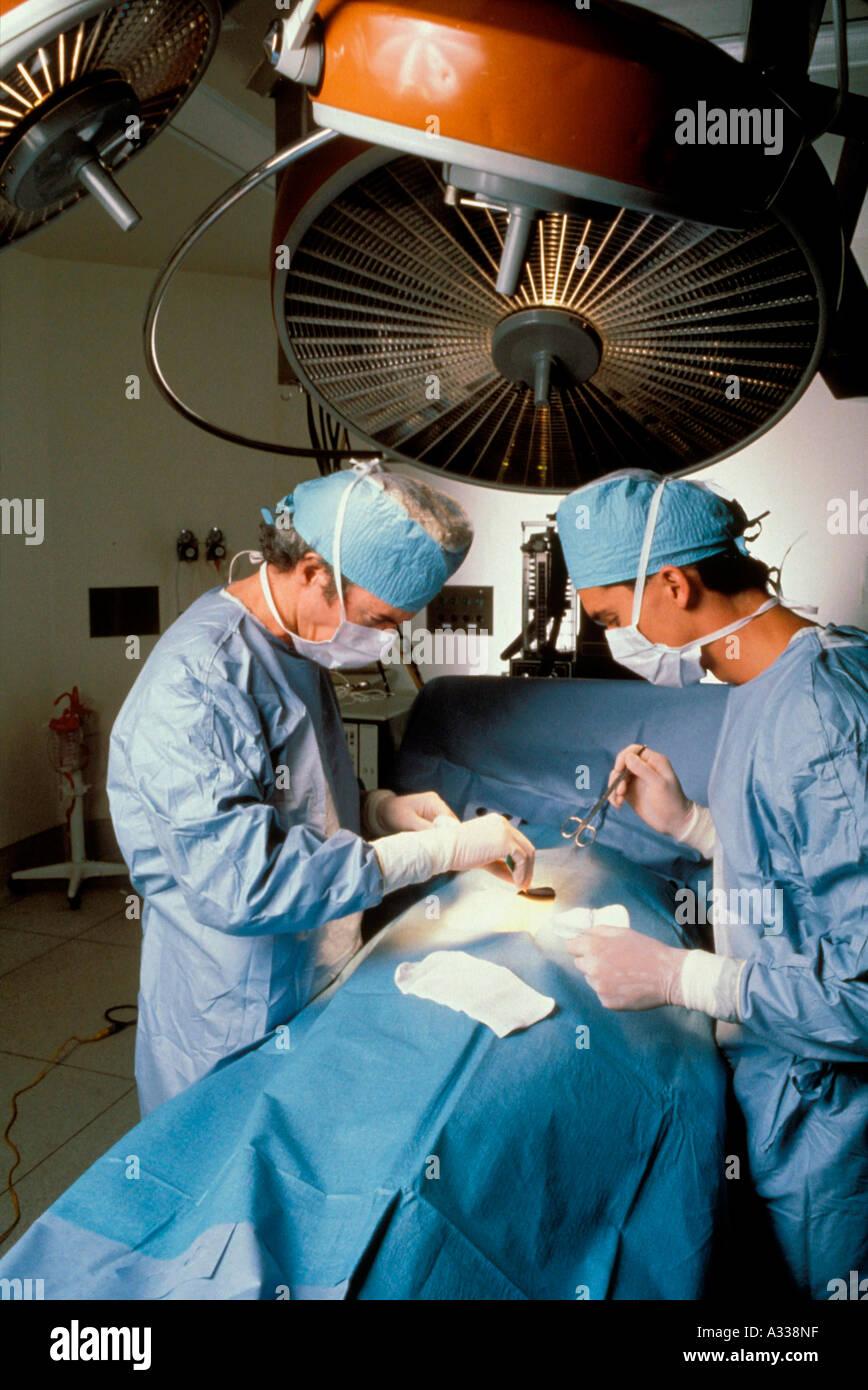 Los cirujanos que operan ro 49A Imagen De Stock