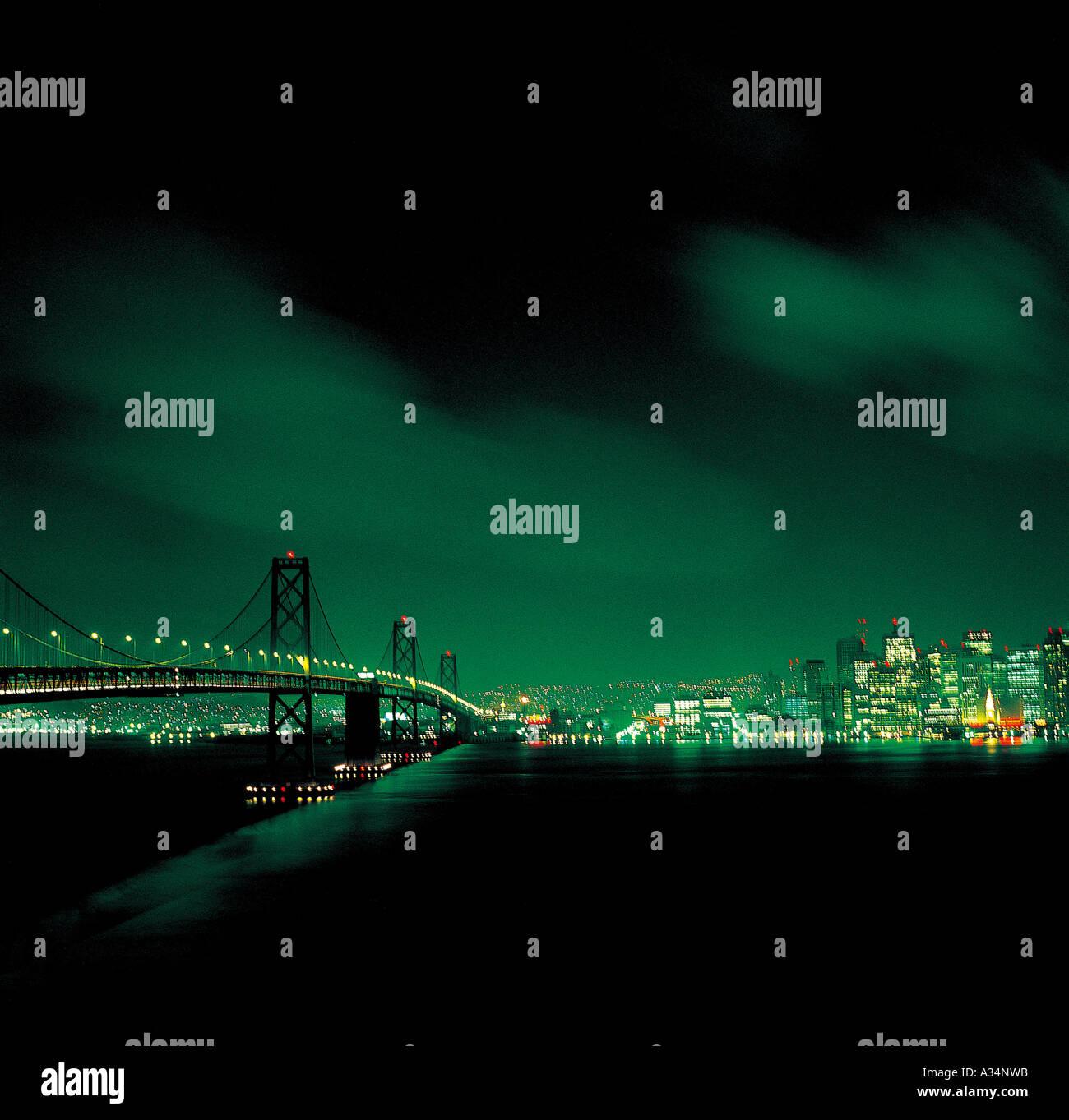 El puente en el sur de los Estados Unidos encendiendo las luces de neón por la noche Foto de stock