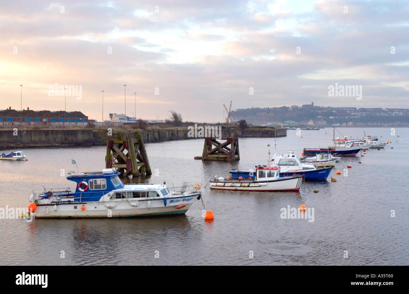 Barcos de pesca de bajura en amarres en la luz de la mañana temprano de Cardiff Bay South Wales UK Imagen De Stock