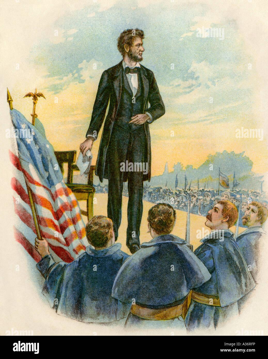 El presidente Abraham Lincoln entregando el Discurso de Gettysburg en el campo de batalla durante la Guerra Civil Foto de stock