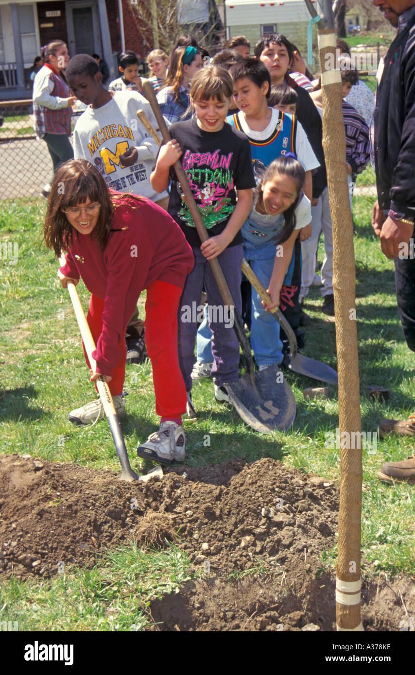 Los niños planta árbol en el día de la tierra Imagen De Stock