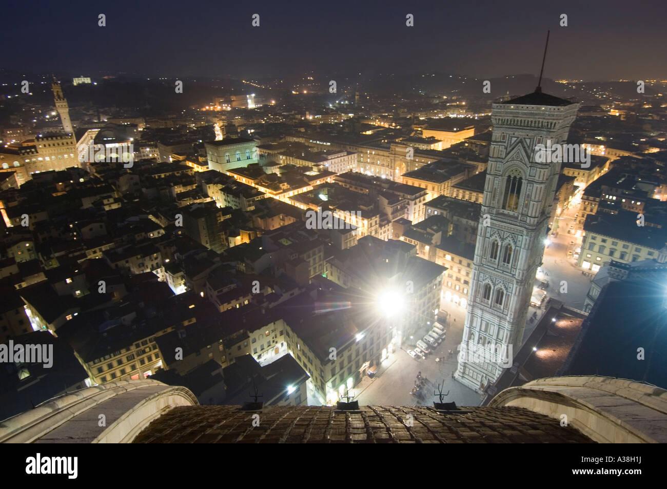 Un ángulo de visión amplio de Florencia por la noche desde la plataforma de observación pública del Duomo mostrando el campanario de Giotto, a la derecha. Foto de stock