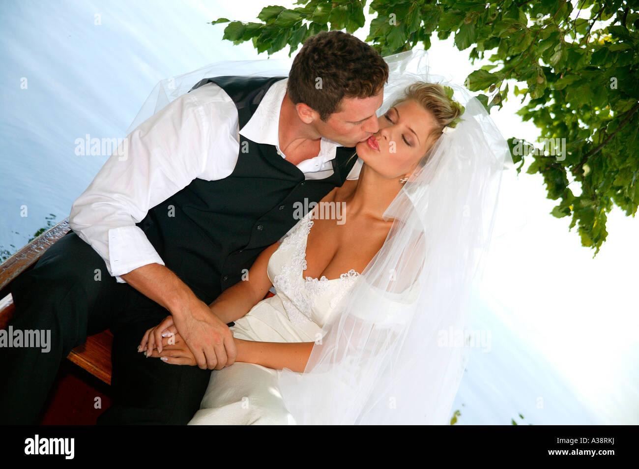 Einem Ruderboot Brautpaar en pareja, los recién casados en un barco Foto de stock