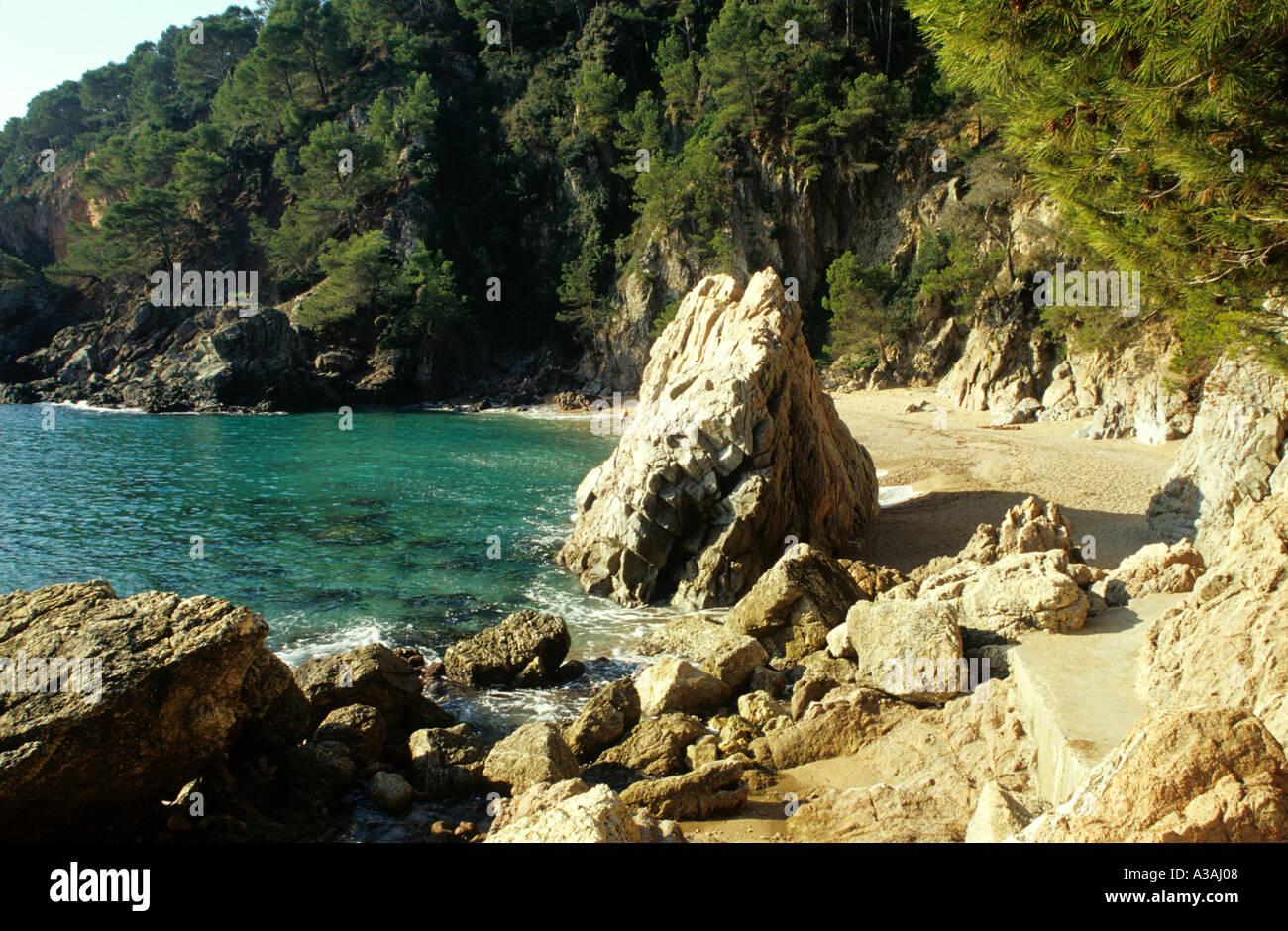 España, Cataluña, Costa Brava, en el borde del agua. Imagen De Stock