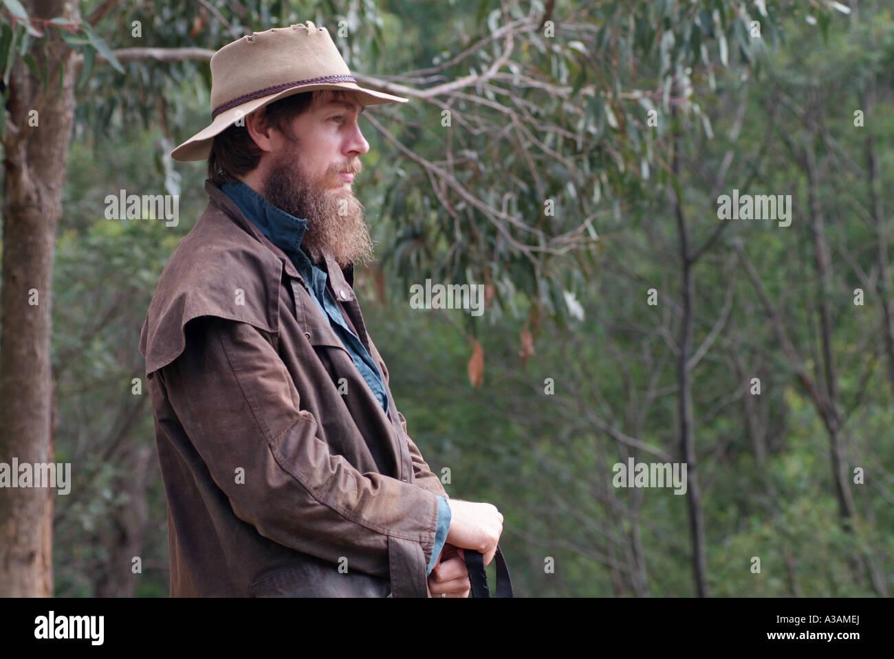 Ganadero australiano montañas campesino con sombrero Akubra y driza Escudo  óseo Imagen De Stock ce6d998644d