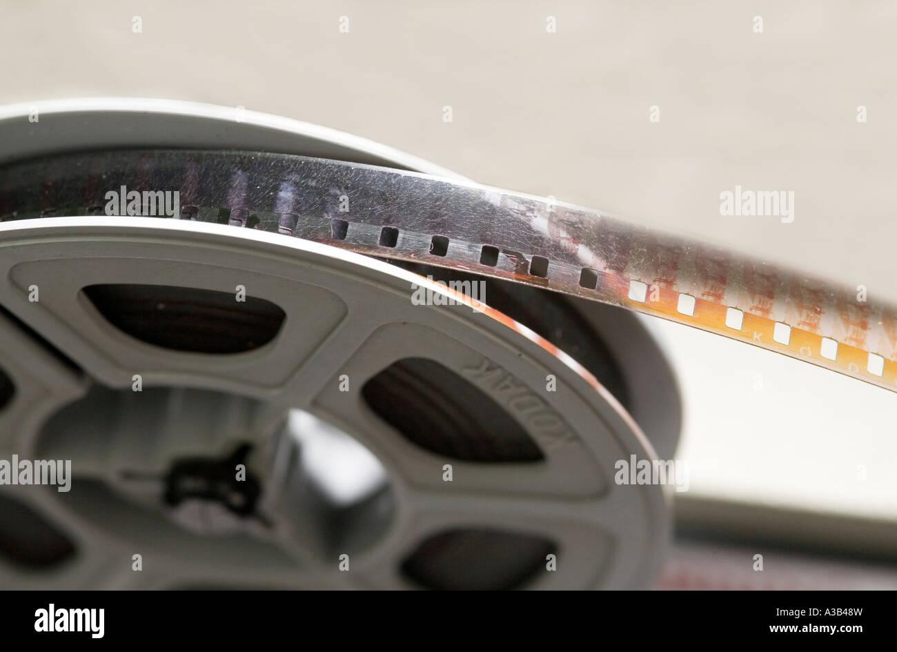 8mm de película de cine amateur en proyector mostrando daño del carrete de la edad y el crecimiento fúngico Imagen De Stock
