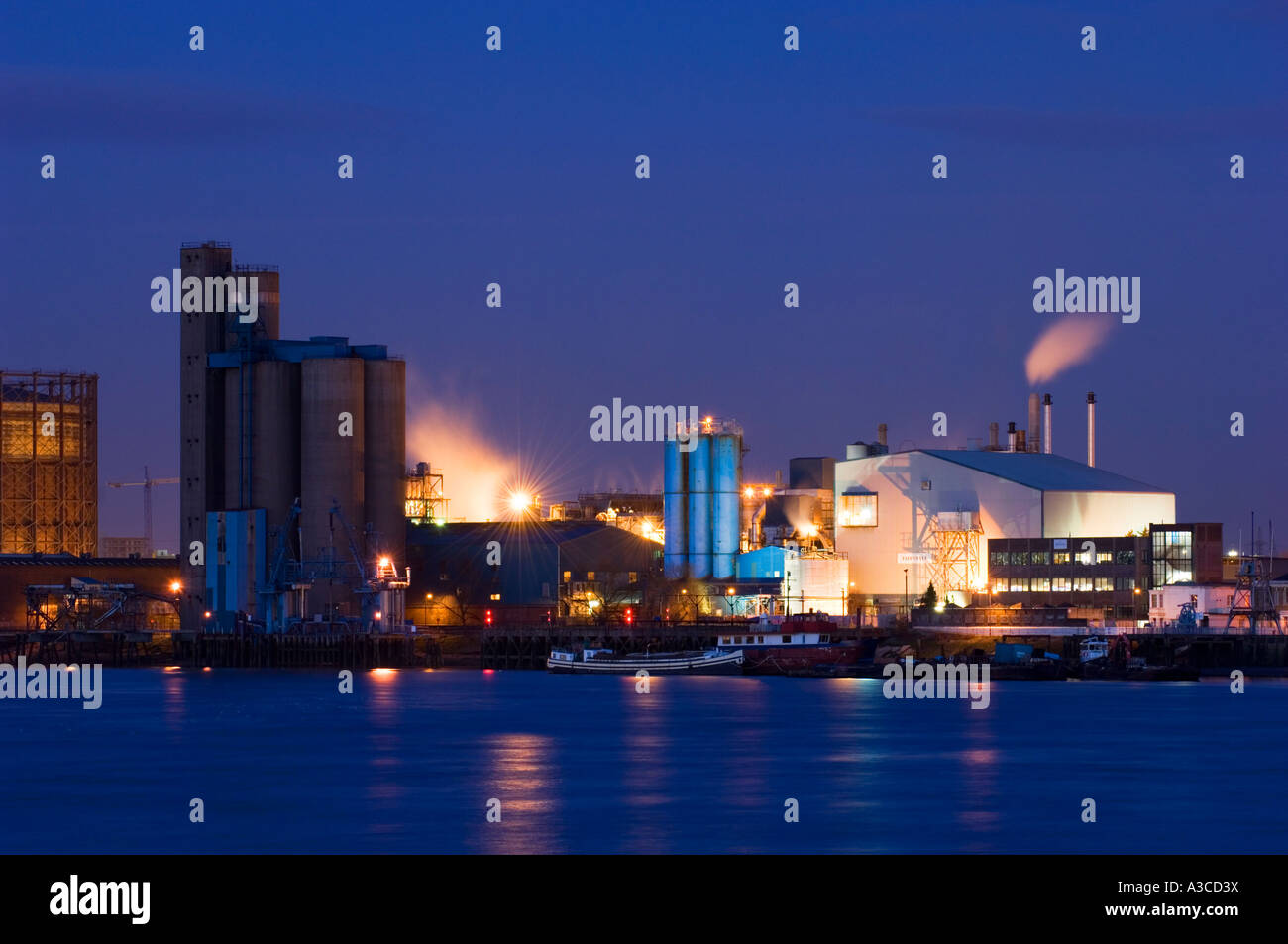 Tate y Lyle fábrica de azúcar; Greenwich; noche;Londres; Inglaterra; uk; Foto de stock