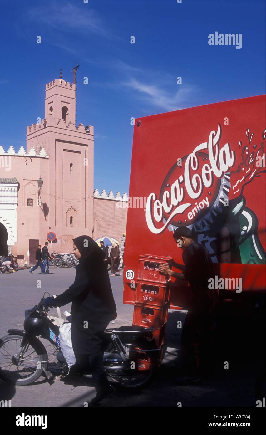 Una dama musulmana en vestimenta musulmana tradicional cerca de un camión de Coca Cola Place Djemaa el Fna en Marrakech Foto de stock