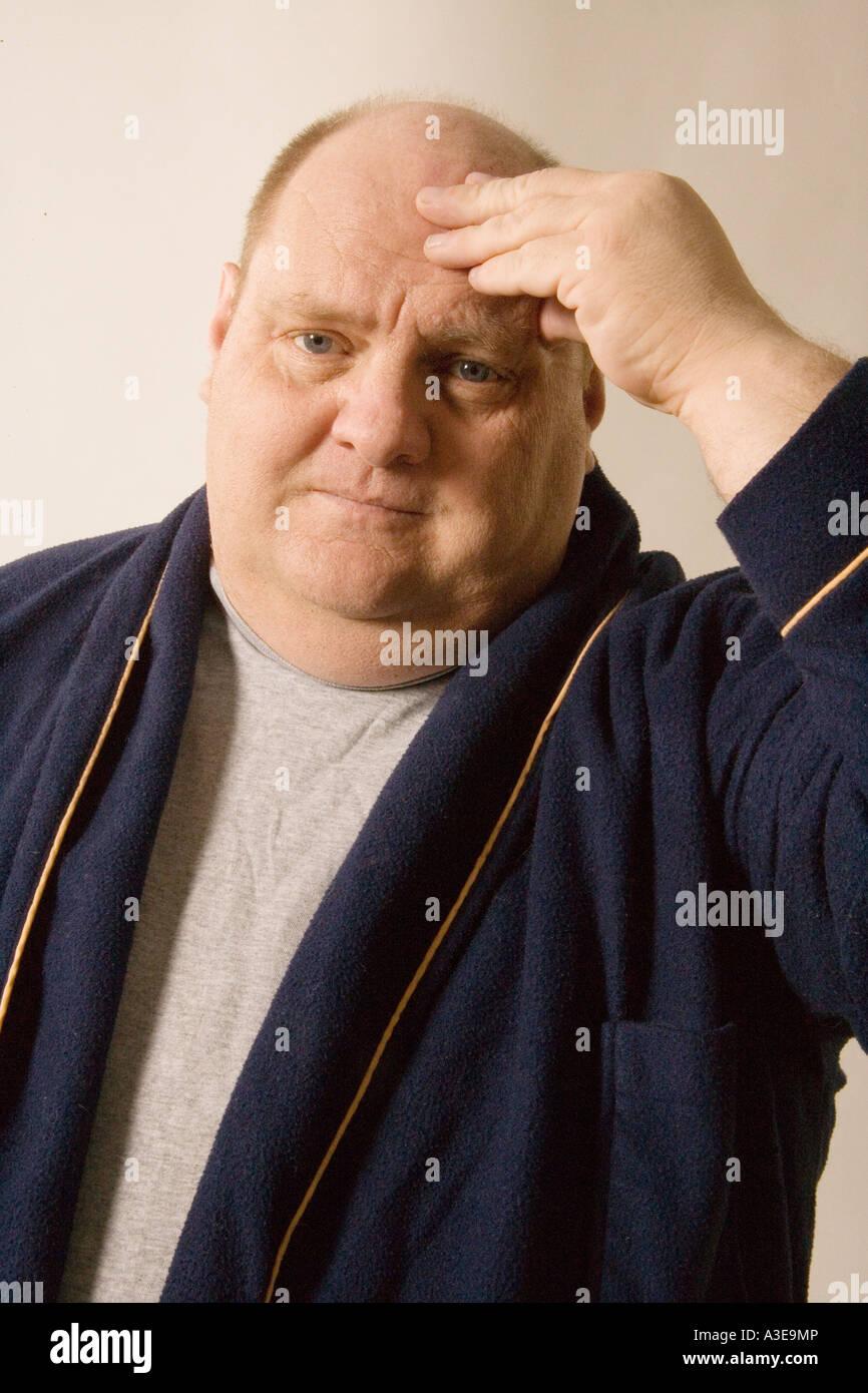 El hombre con el dolor de cabeza se detiene en casa. Imagen De Stock