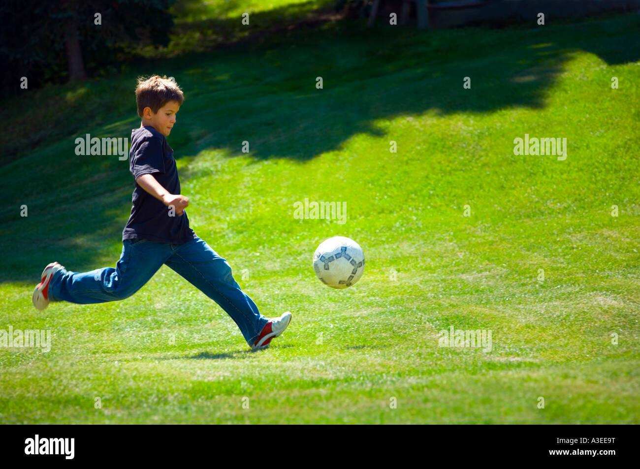 Nino Jugando Futbol Foto Imagen De Stock 10761299 Alamy