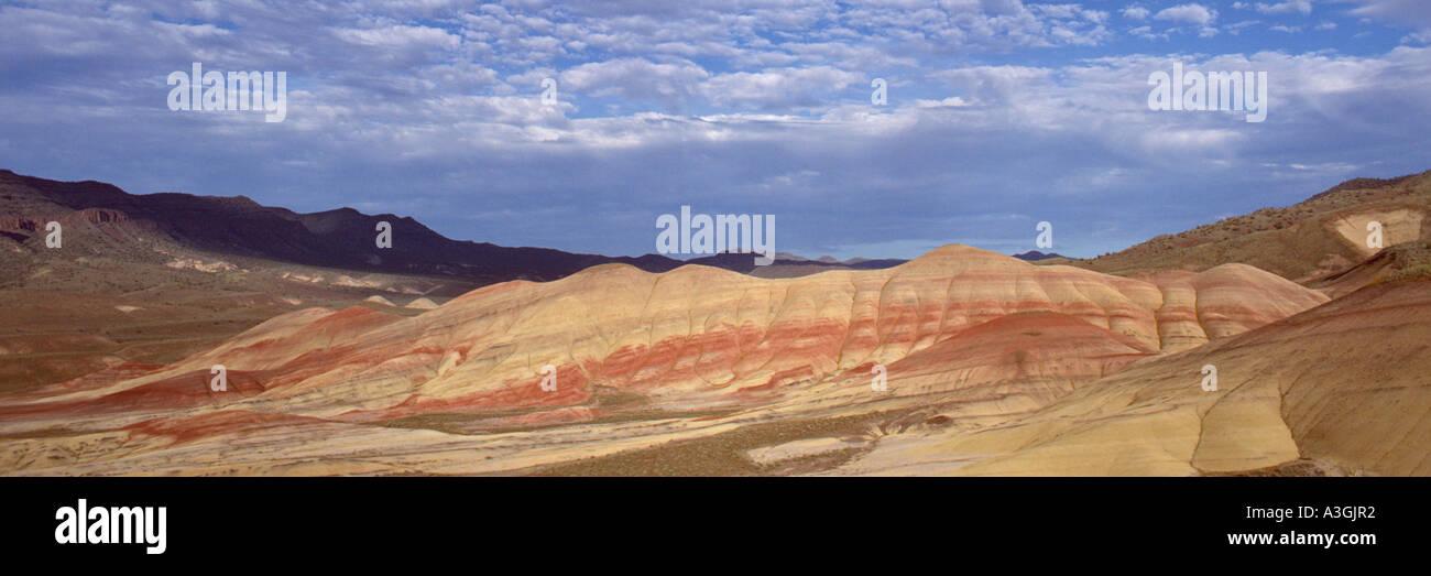 Cerros pintados John Día yacimientos fósiles Monumento Nacional de Oregon Oriental usa colores cambian con el tiempo, el clima y la humedad del día Foto de stock