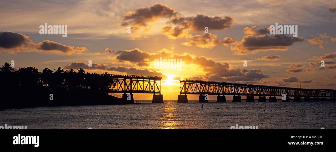 Sol se hunde hacia el océano Atlántico enmarcada por el histórico ...