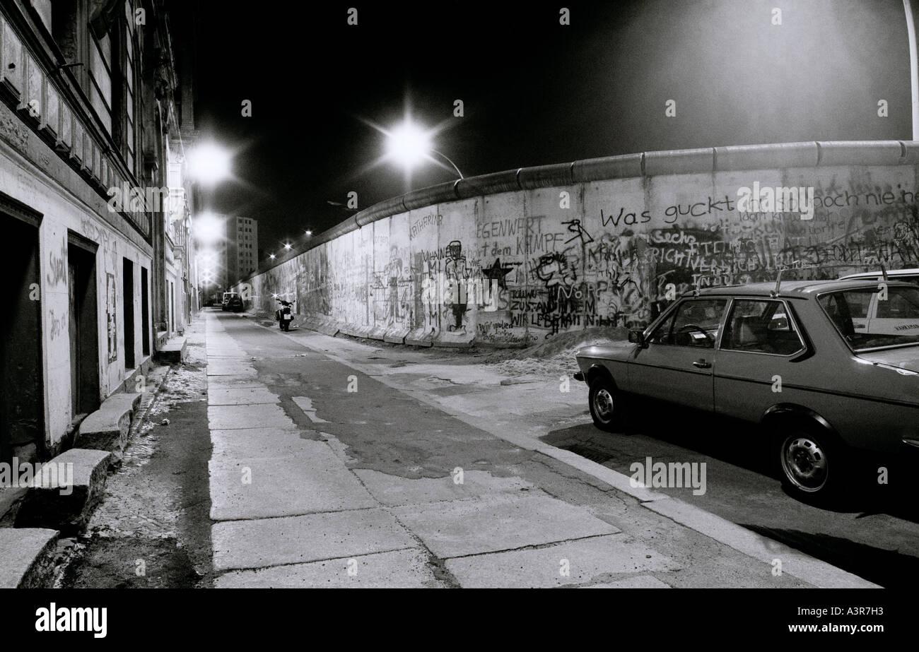 La historia de Europa. El histórico Muro de Berlín por la noche en el oeste de Berlín, en Alemania, en Europa durante la Guerra Fría. Imagen De Stock