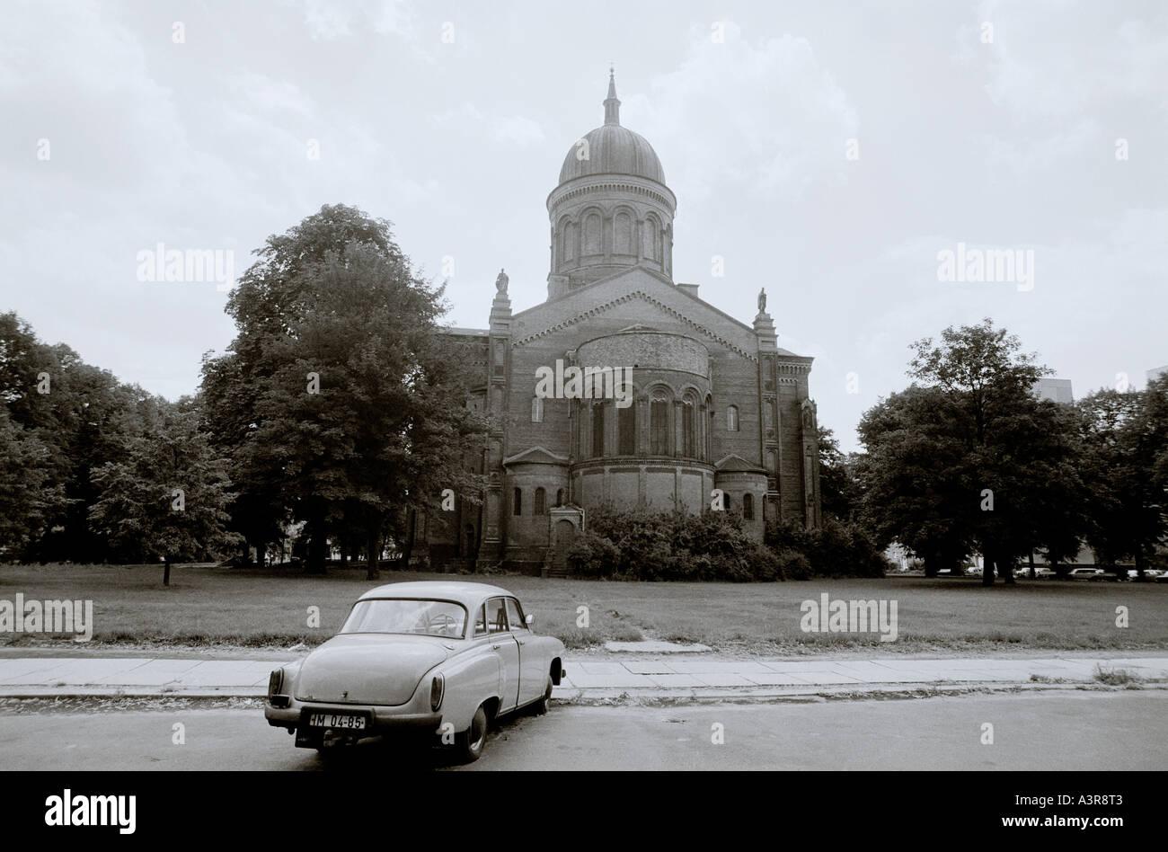 Guerra Fría Berlín Oriental en Alemania en Europa. Reportajes fotoperiodismo Historia Iglesia de Transporte Urbano de la ciudad Imagen De Stock