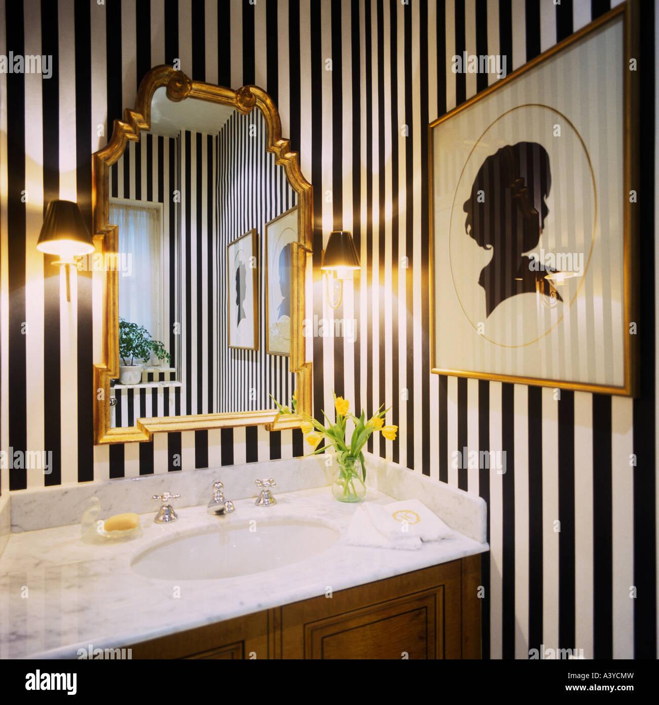 Aseo con rayas en blanco y negro y papel de pared dorado espejo ...
