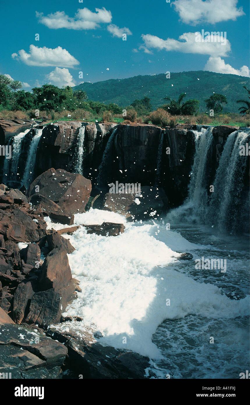 Catorce cae sobre el Athi River, cerca de Thika mostrando la blanca espuma causada por la contaminación química Imagen De Stock