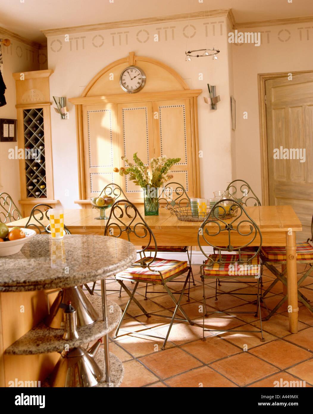 Cocina tradicional con suelos de baldosas de terracota y sillas con ...