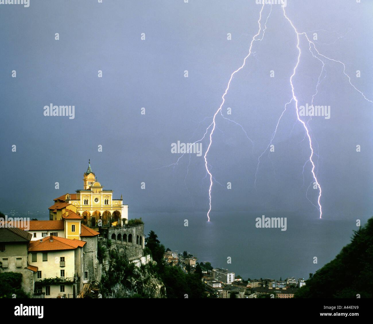 CH - Tesino: Madonna del Sasso sobre Locarno y el Lago Maggiore Imagen De Stock
