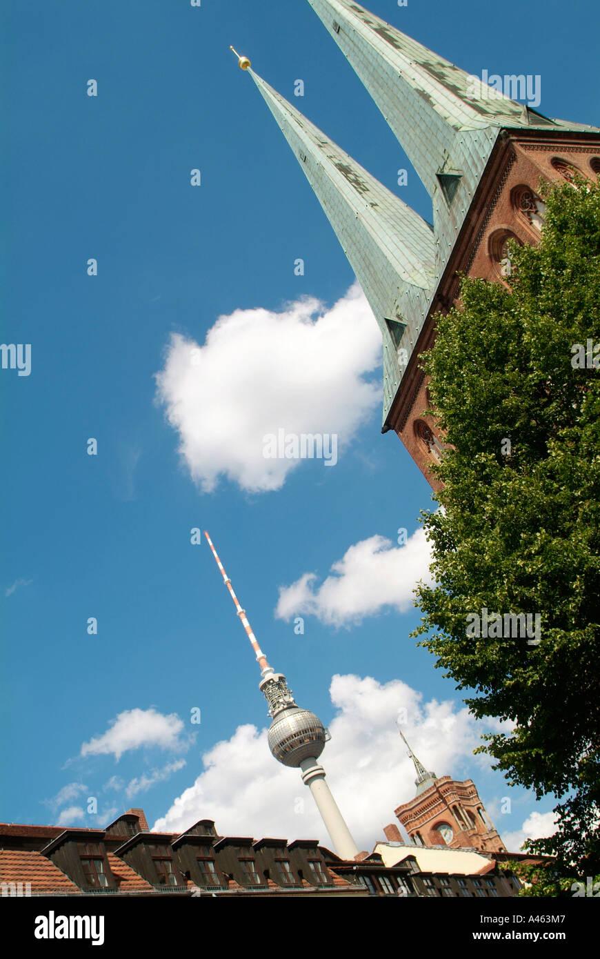 La iglesia Nikolaikirche (Goti resonante) junto con la torre de televisión sobre las casas restauradas en el Nikolaiviertel, el más antiguo Imagen De Stock
