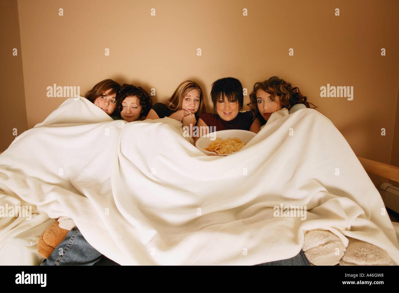El grupo de niñas viendo una película Imagen De Stock
