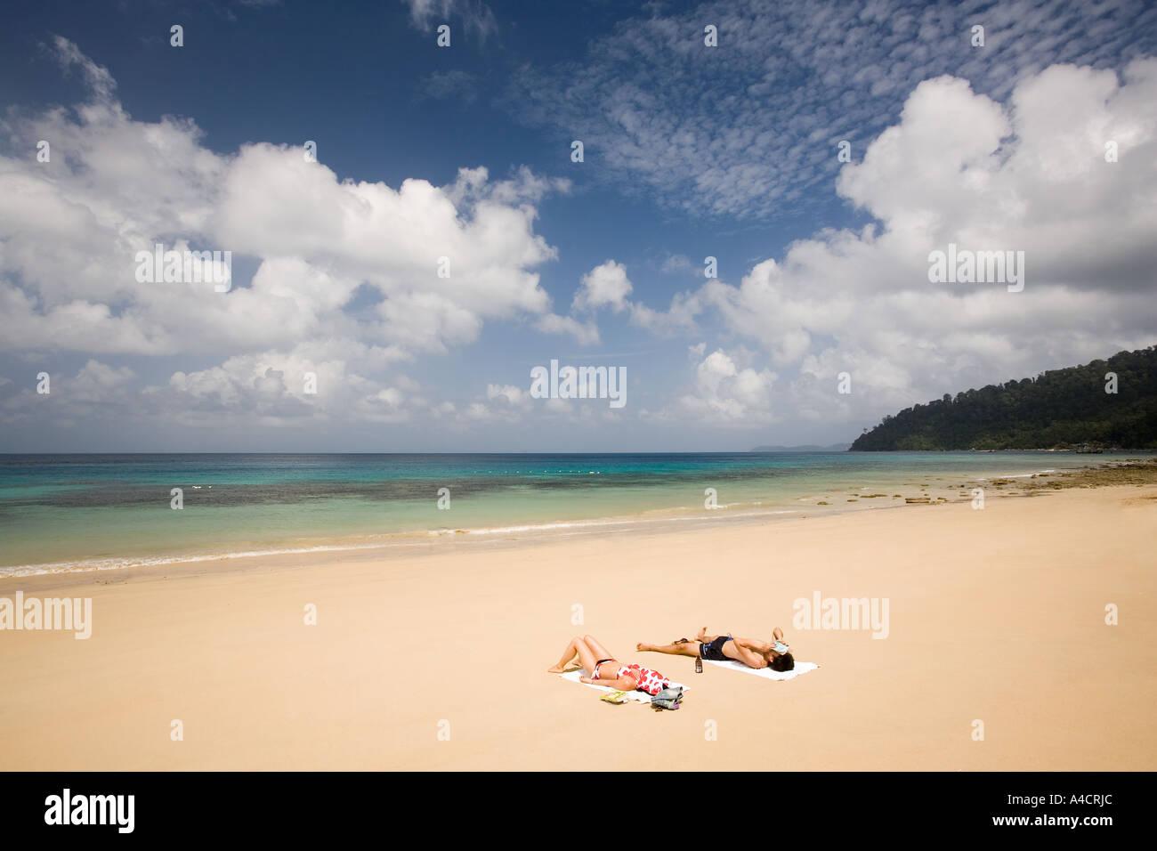 Malasia Pulao Tioman Air Batang ABC village beach par tomar el sol Foto de stock
