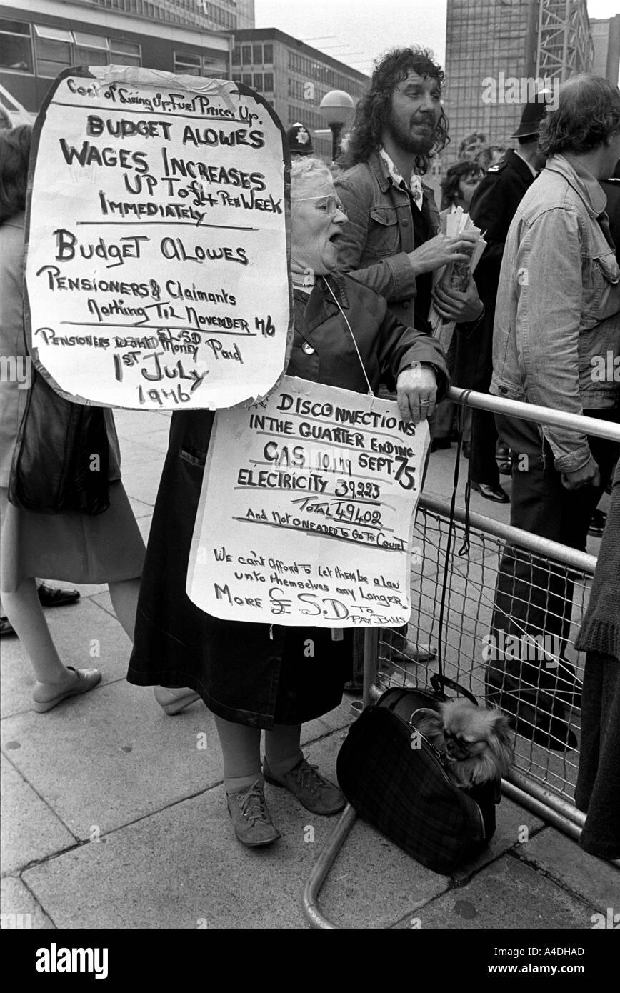 Los pensionistas demostrar sobre el bajo nivel de las pensiones. 1976 Foto de stock