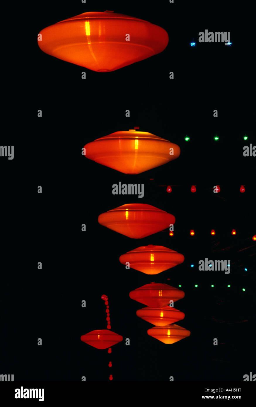 Luminarias suspendidas en el exclusivo Hotel creativos patrones multicolores, EE.UU. Imagen De Stock