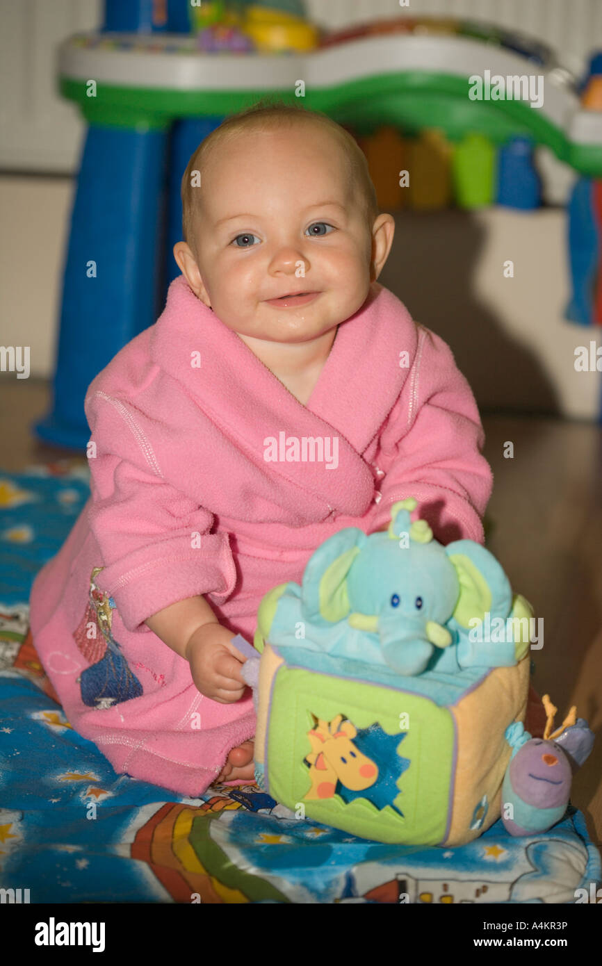 Cubo Niña Con De 7 La Rosa Sonriente Meses Bata En Cute Sentado ybfY67g