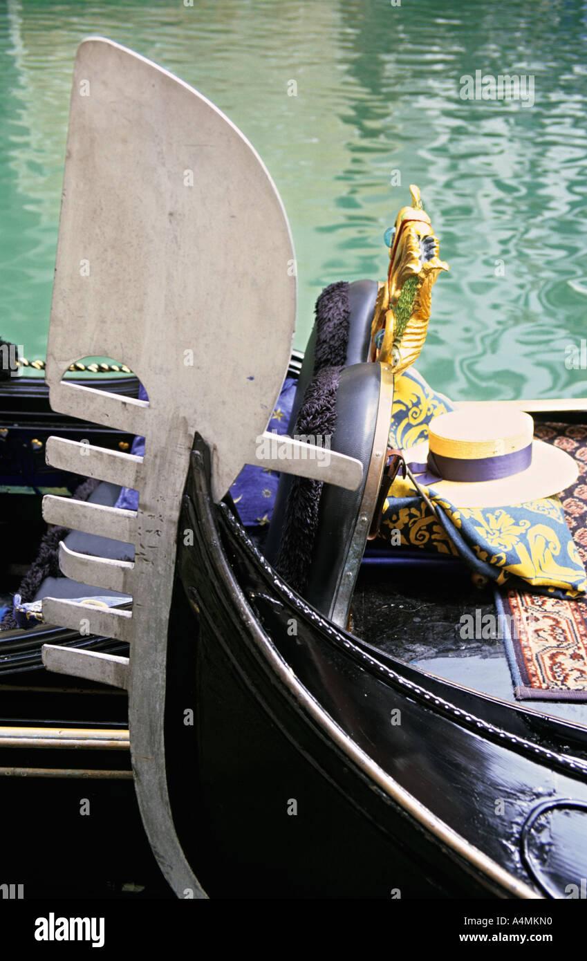 Detalle de las góndolas de Venecia Italia mostrando serated frontal de  metal llamado Ferro y gondolero beribboned tradicional sombrero de paja 7c9e31dcd9b