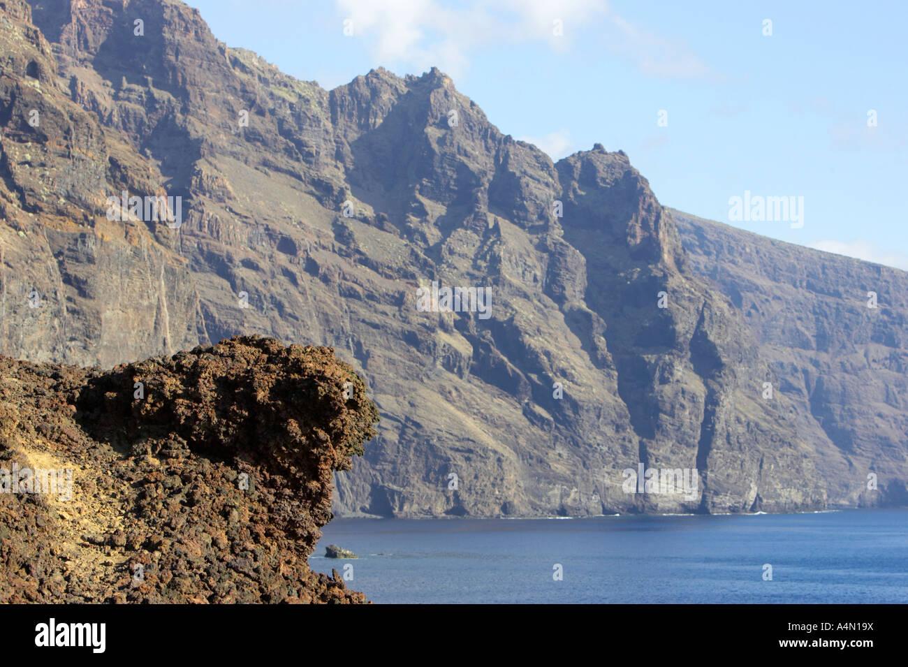 La roca de la lava volcánica rocoso acantilado en la costa de Punta de Teno Tenerife Islas Canarias Imagen De Stock