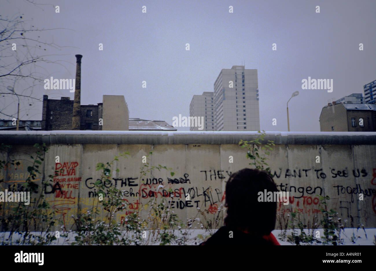 La historia de la guerra fría. El muro de Berlín vista desde el oeste en un triste día de invierno fríos con nieve en 1984. Imagen De Stock