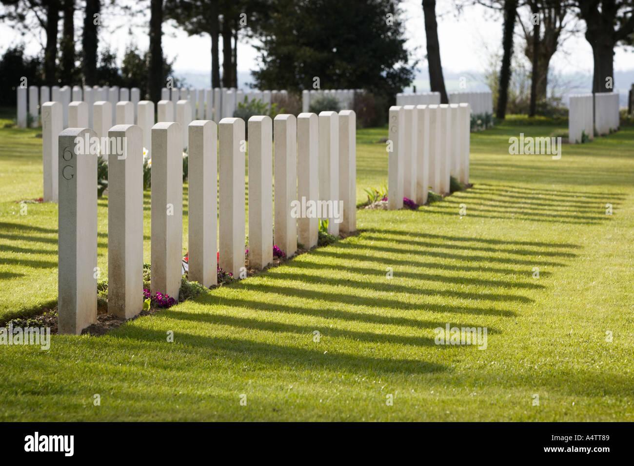 Lápidas en el cementerio de guerra militar Ryes, Normandía, Francia Imagen De Stock