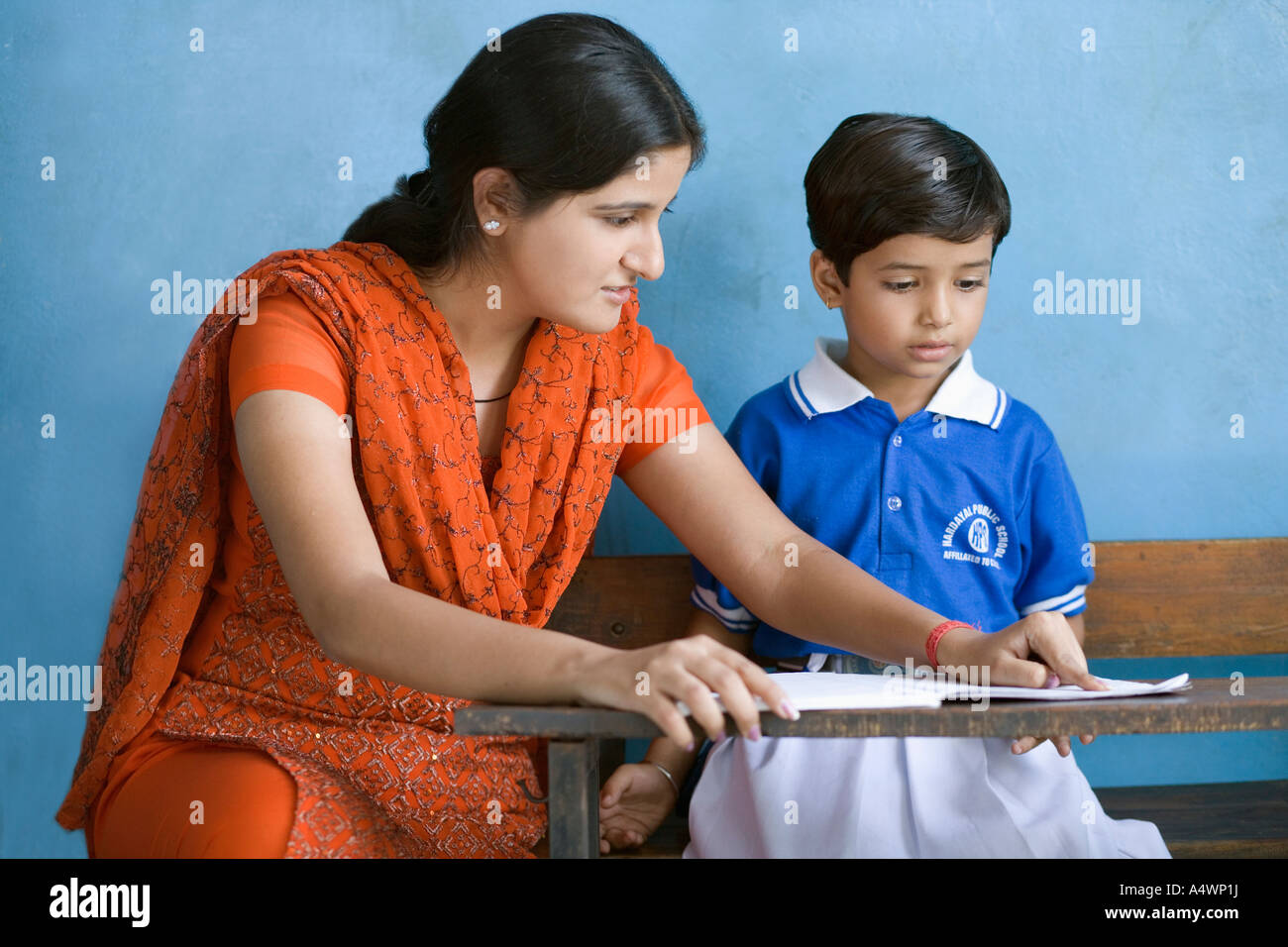 Ayudar a los alumnos, docentes Imagen De Stock