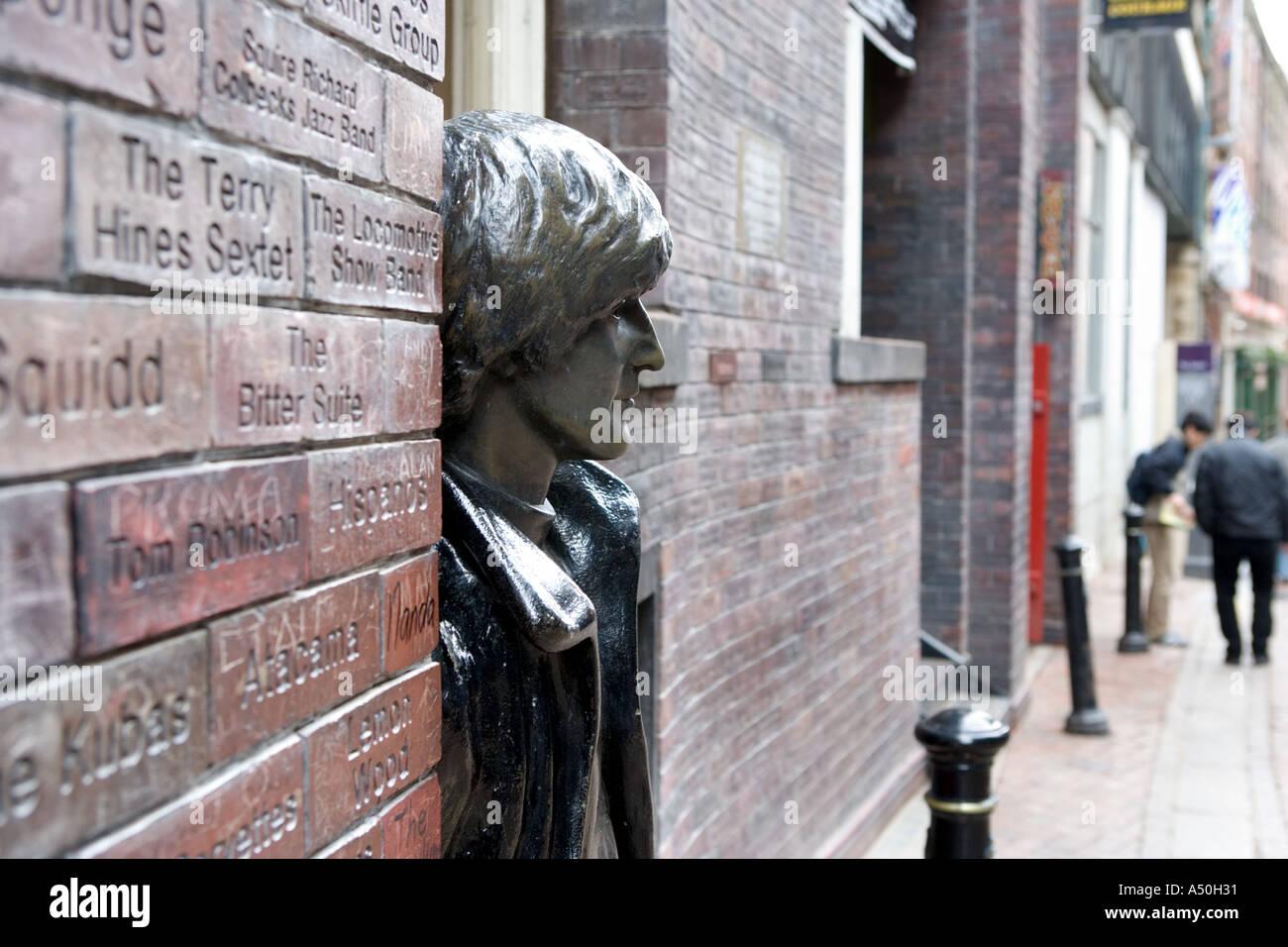 Pared de la Fama de la caverna y la estatua de John Lennon de Liverpool, Inglaterra Foto de stock