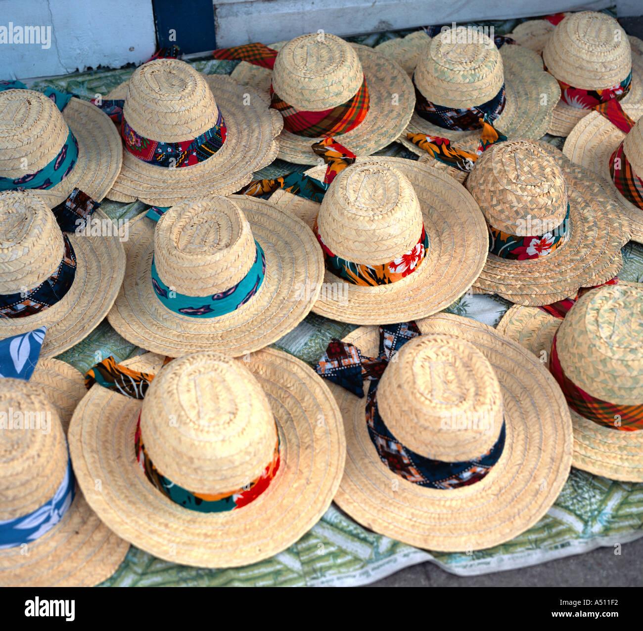 Sombreros de paja tradicionales para la venta en la calle en el mercado  local de calado fa8536c89ff