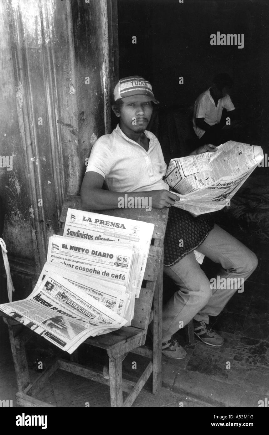 Painet ja1345 145 blanco y negro voceador medios Granada Nicaragua país nación en desarrollo económicamente menos Foto de stock