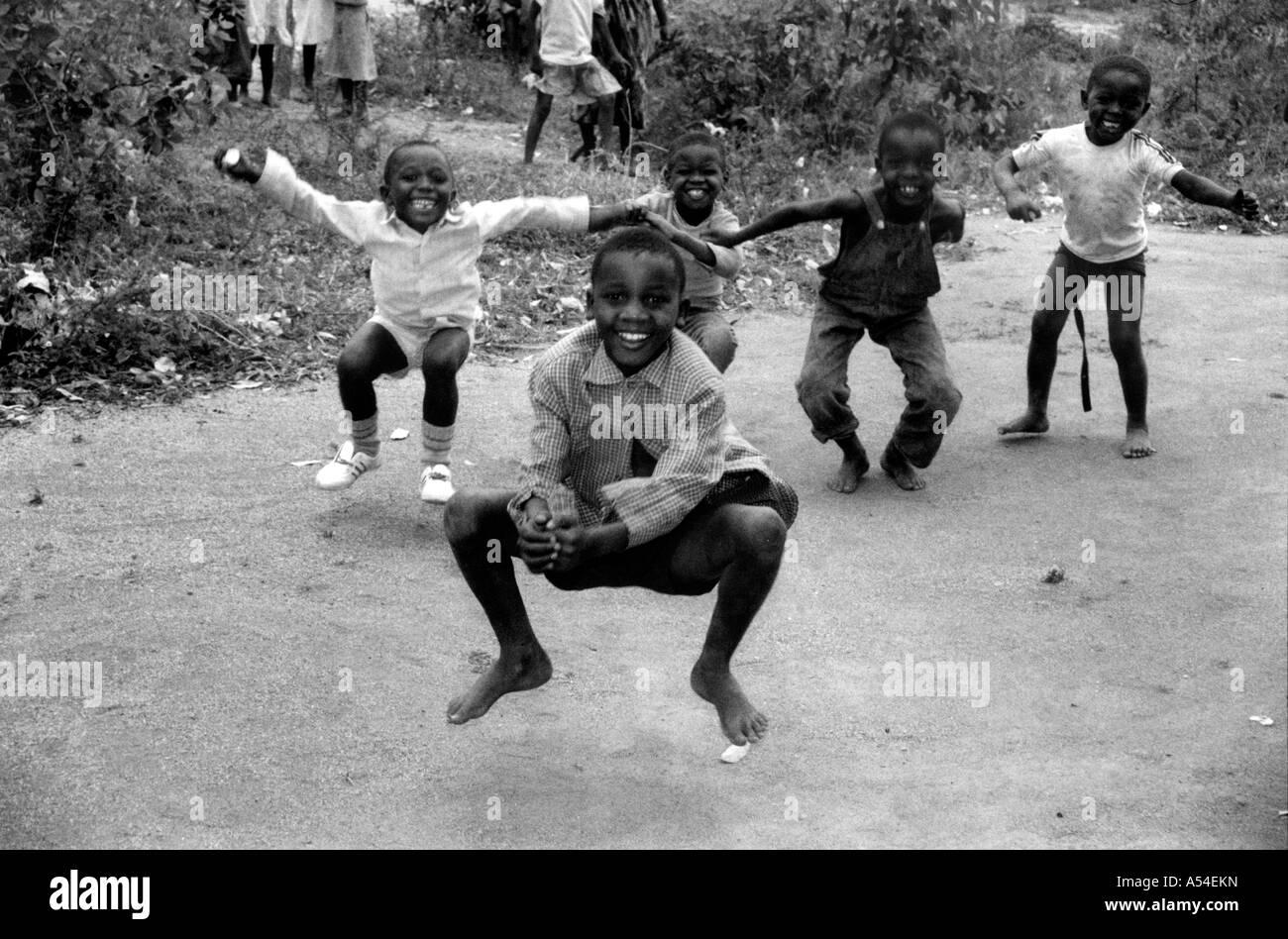Painet hn2026 718 en blanco y negro los niños del campamento de refugiados burundeses hutus butare rwanda país nación en vías de desarrollo menos Foto de stock